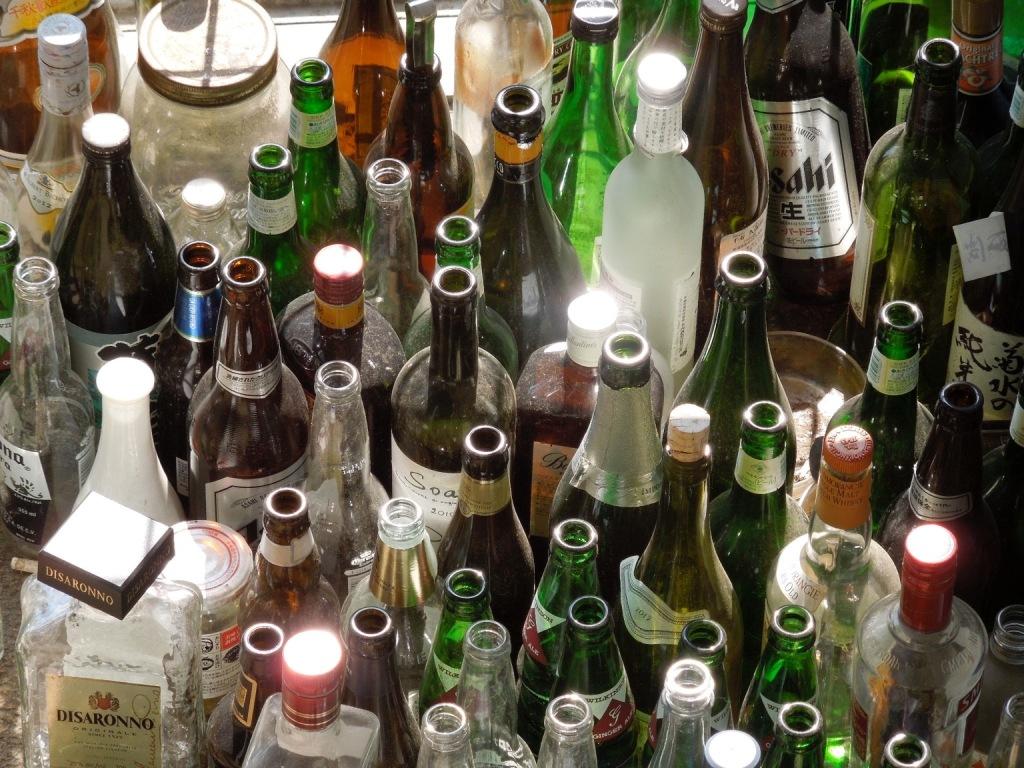 学生寮での記憶を物語る酒瓶