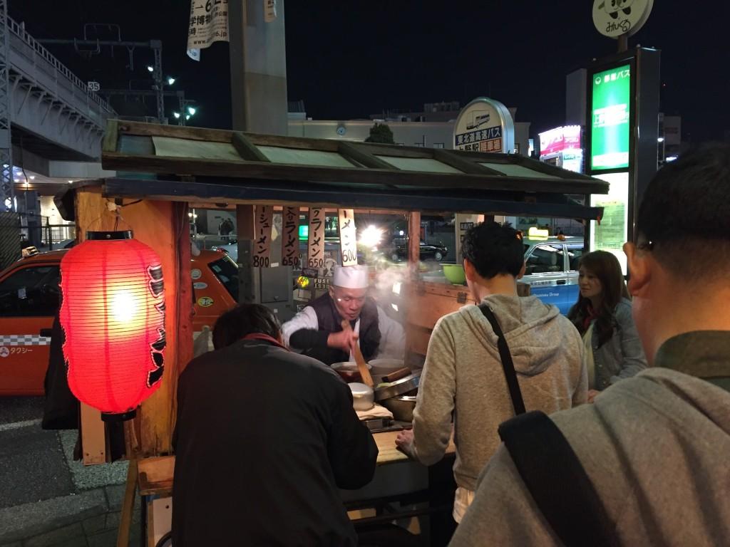 帰り道に受けの駅で昭和のラーメン屋台を見つけました