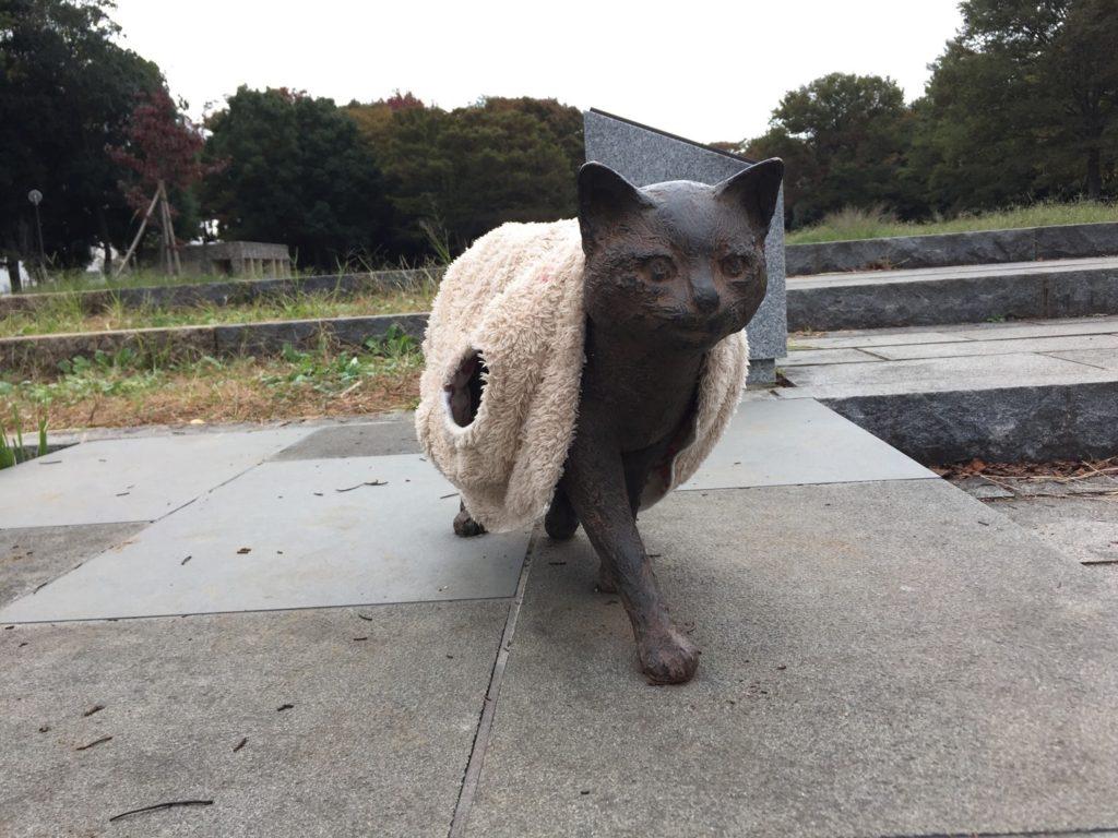 服を着せられている!寒かろうと行って着せさせてくれた人がいる、いいまちです。