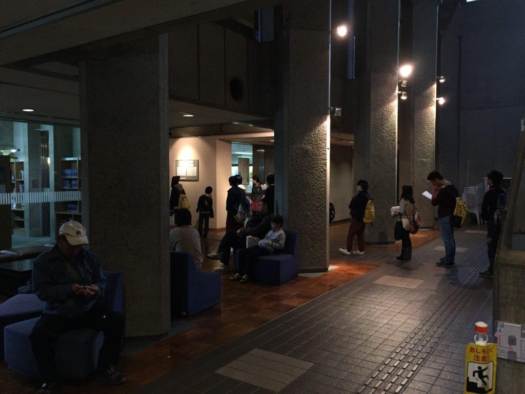 朝から行列のできる図書館